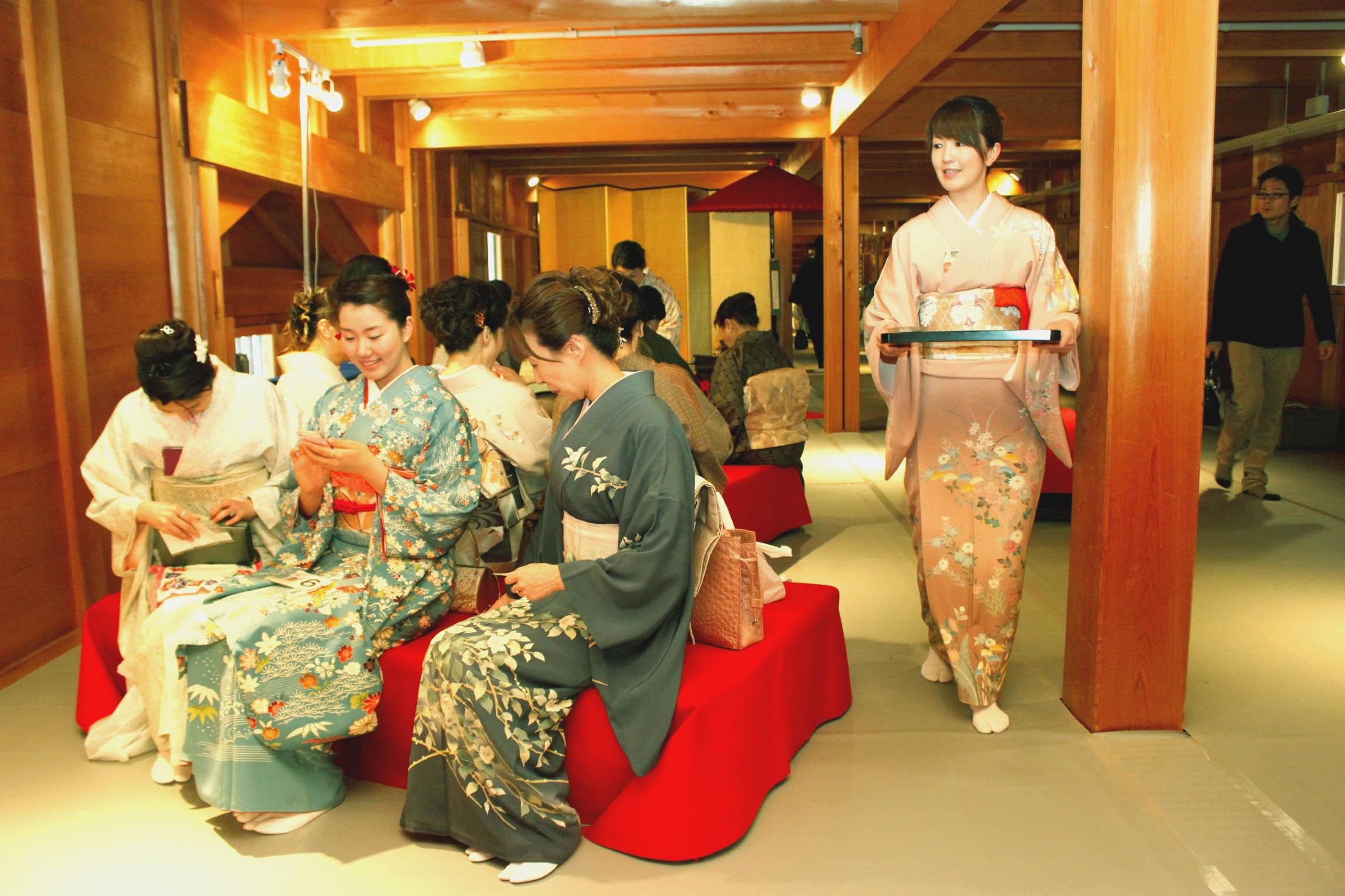 五十間長屋で茶席に臨む参加者=金沢城公園