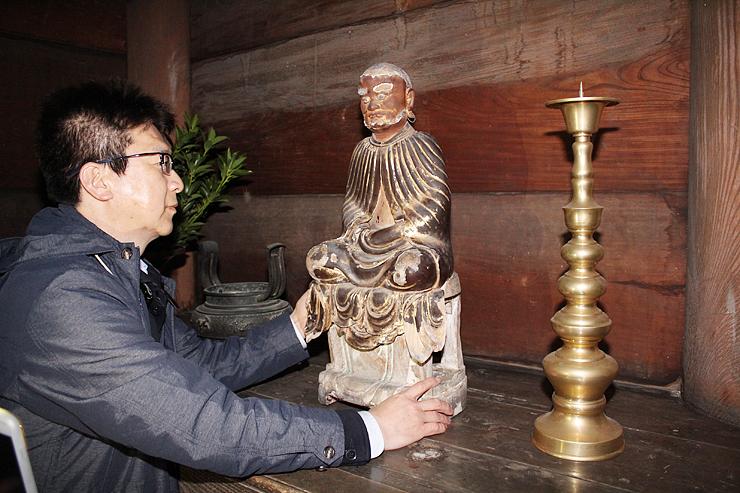 修復作業を終え、仏殿に安置された達磨坐像=瑞龍寺