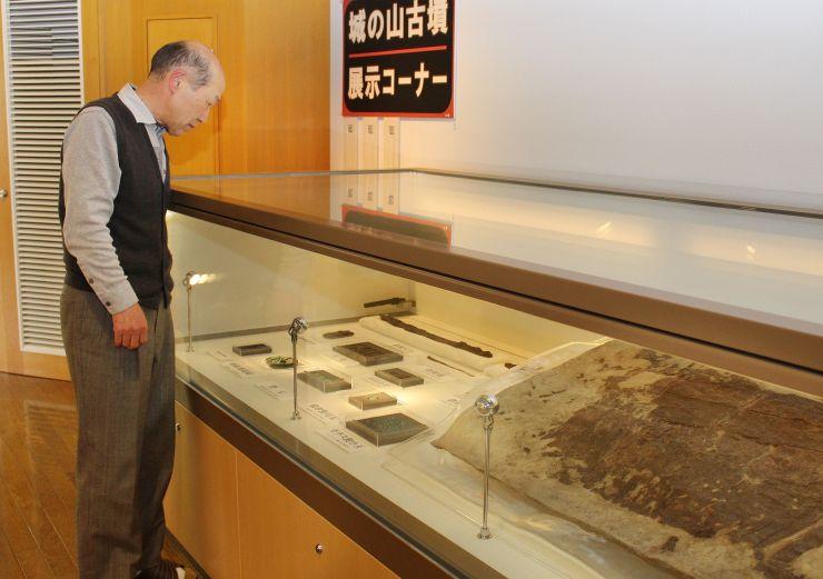 奥山荘歴史館に常設展示されている城の山古墳の出土品=胎内市