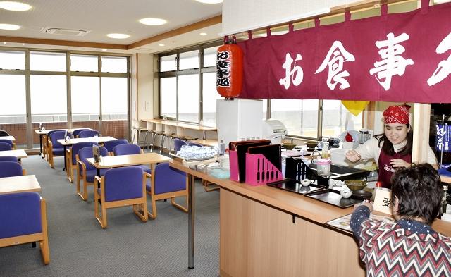 新設された食事コーナー=福井市蒲生町の波の華