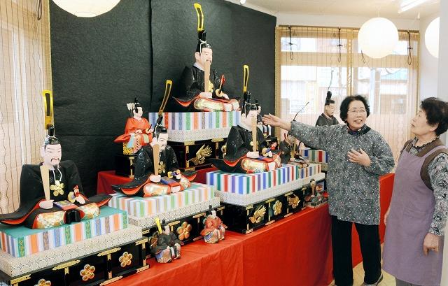 自宅にある天神人形を飾った三田村スミ子さん(右から2人目)ら=13日、福井県越前市蓬莱町のまちなかプラザ