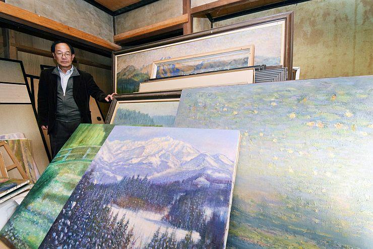 増村秀一さんの作品を整理する弟の健さん=糸魚川市