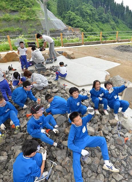 昨年オープンした野外恐竜博物館で化石の発掘体験を楽しむ子どもたち=2014年7月、福井県勝山市北谷町