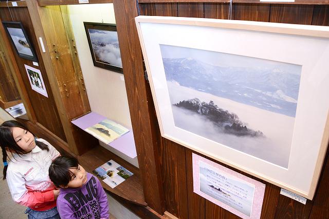 「天空の城」越前大野城の幻想的な姿が見られる写真展=福井県大野市元町の平成大野屋二階蔵