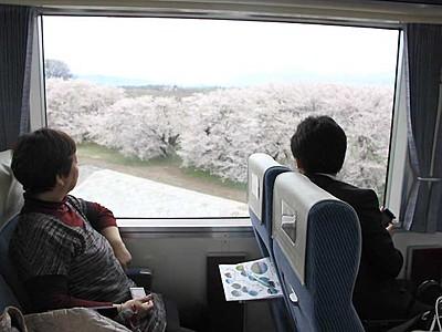 観光案内列車「のんびり号」試乗会 18日から長野―湯田中で運行