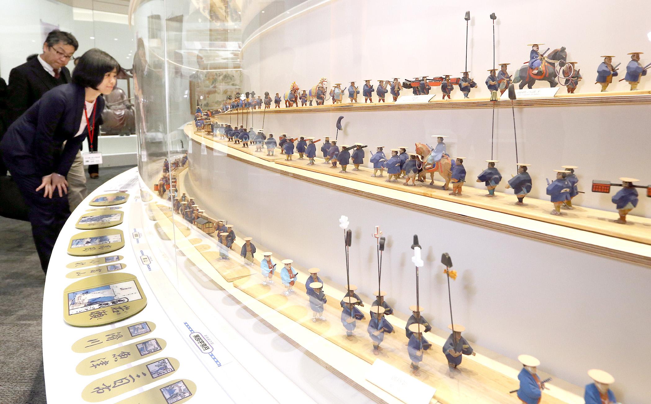 加賀藩の大名行列を人形で再現した展示
