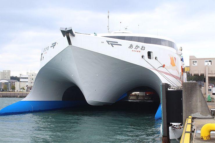 直江津-小木航路に21日就航する「あかね」。観光への効果に関係者の期待が集まる=佐渡市の小木港