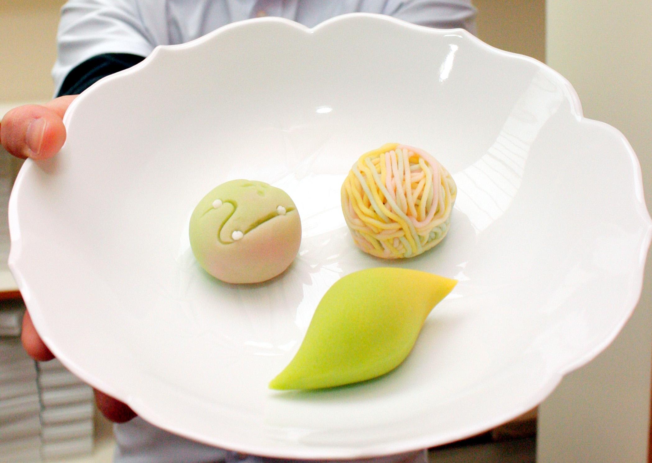 茶席で提供される特製和菓子の試作品=金沢市内の和菓子店