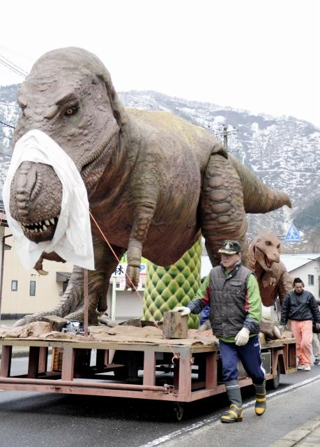 道の駅「九頭竜」へ慎重に運ばれる恐竜の親子のモニュメント=17日、大野市朝日