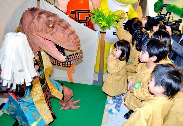 恐竜五月人形に見入る園児たち=17日、勝山市の県立恐竜博物館