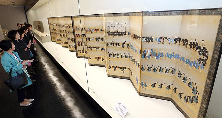 特別展で展示された参勤交代行列の屏風=金沢市の石川県立歴史博物館