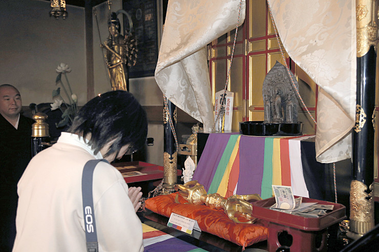 長谷寺観音堂で「お告げの善光寺如来」を拝む女性