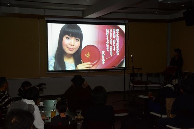 本人の思い出の越前漆器とともに出演した「深呼吸」のプロモーションビデオ=17日夜、福井県鯖江市のえきライブラリーtetote