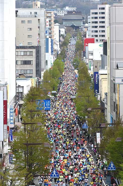 中央通りの道幅いっぱいに走る第17回長野マラソンの参加ランナーたち=午前9時12分、長野市中央通り