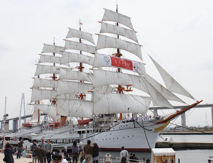 聖地のロゴと「カージくん」を描いた帆が張られた帆船海王丸=昨年4月、海王丸パーク