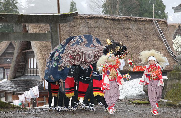 合掌造り家屋が並ぶ集落で披露された獅子舞=南砺市相倉