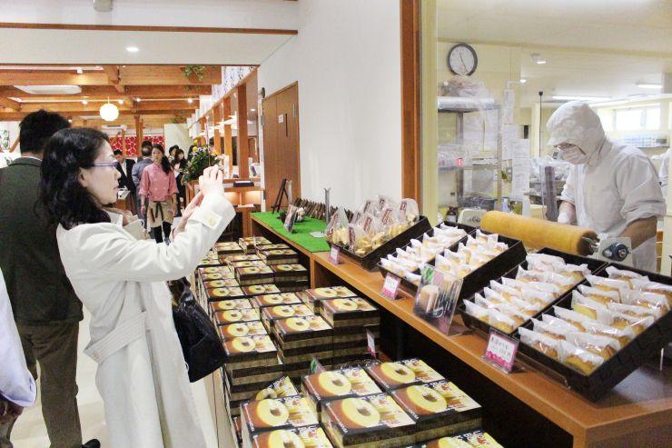 魚沼地域産の食材を使った洋菓子やピザが楽しめる「魚沼スイーツガーデン ナトゥーラ」=20日、南魚沼市