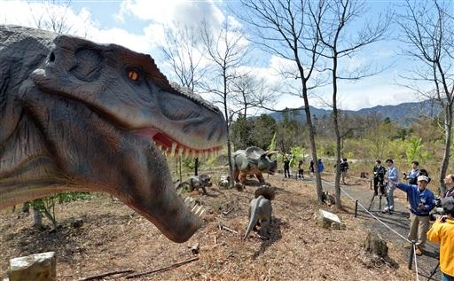 野外で実物大の動く恐竜ロボットが楽しめる「かつやまディノパーク」=21日、福井県勝山市村岡町