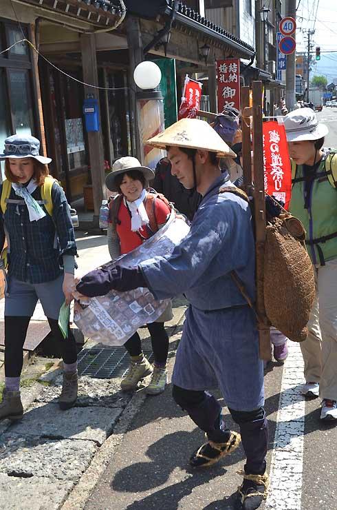 昨年のまつりでは、昔の歩荷(ぼっか)姿で案内するスタッフもいた=2014年5月2日、糸魚川市本町