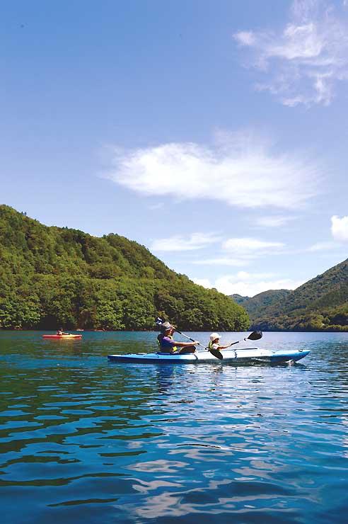 昨年9月半ばに御岳湖で行われたカヌーツアーの様子(王滝観光総合事務所提供)