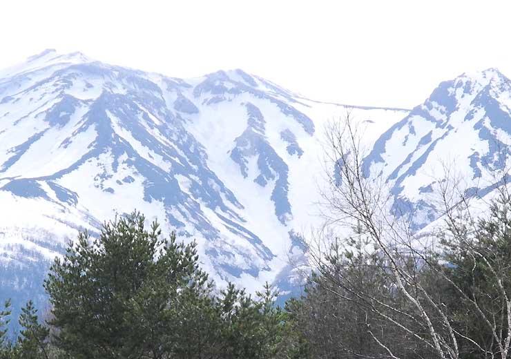 御嶽山の山腹に現れた雪形「種まき爺さん」=21日、木曽町開田高原