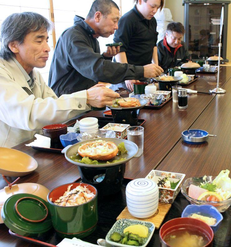 地元の特産品のベニズワイガニを豊富に使った「カニ御膳」=21日、佐渡市三川