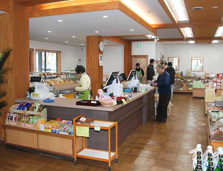 リニューアルオープンした栄村物産館で買い物をする客ら=22日