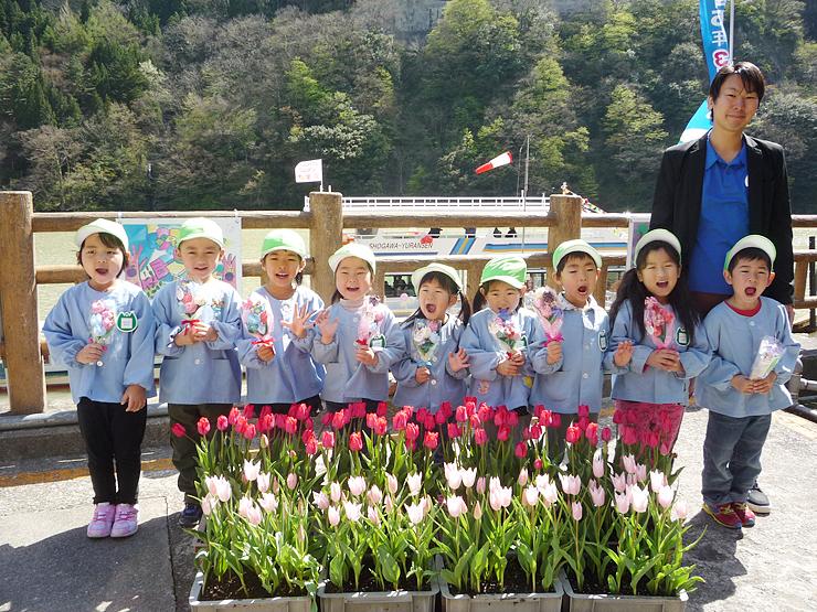 庄川遊覧船「チューリップクルーズ」の出発式で「チューリップ」を合唱