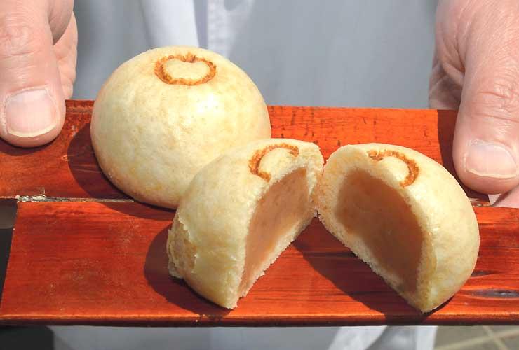 5月1日に発売されるリンゴを使った温泉まんじゅう「くだもの饅彩」