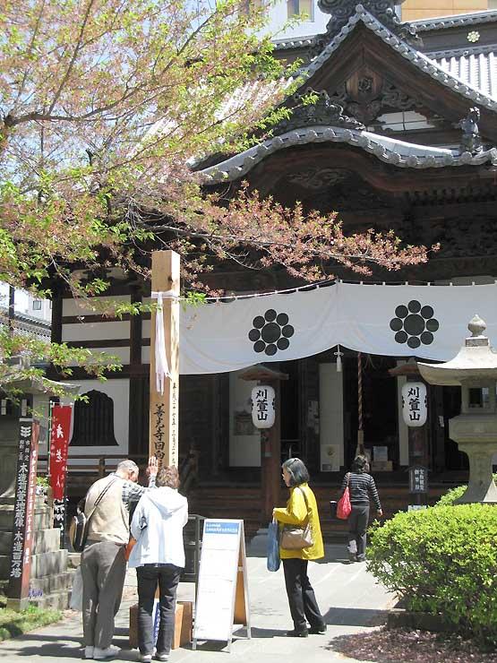 西光寺本堂前の記念木(回向柱)。善光寺本堂前の回向柱と同じ、松代町から寄進された杉材だ
