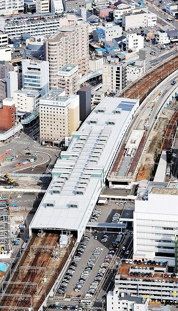 与党が先行開業を目指している北陸新幹線の福井駅部周辺。屋根付きのJR福井駅舎の右側に新幹線の駅ができる=2014年11月、福井新聞社ヘリから