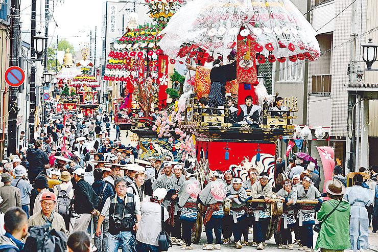 豪華な装飾が施された山車が巡行する高岡御車山祭=昨年5月1日、高岡市片原町