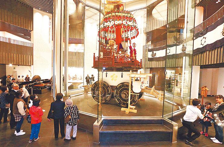高岡御車山会館がオープンし、山車を見ようと訪れた人でにぎわう館内=高岡市守山町