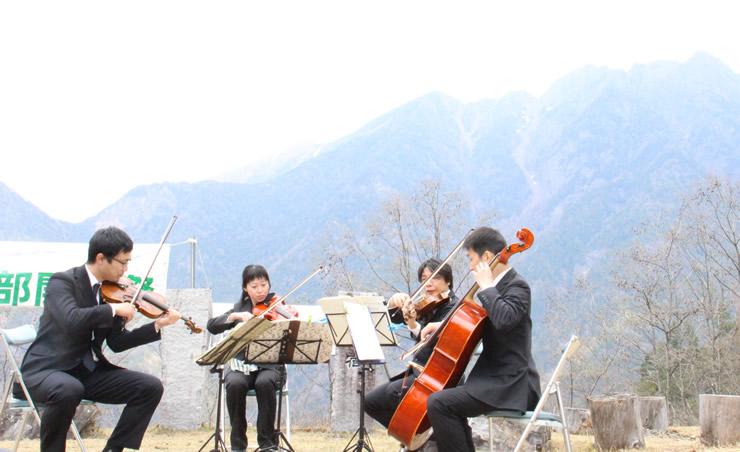鋸岳を背景に演奏する「イーナちゃんカルテット」