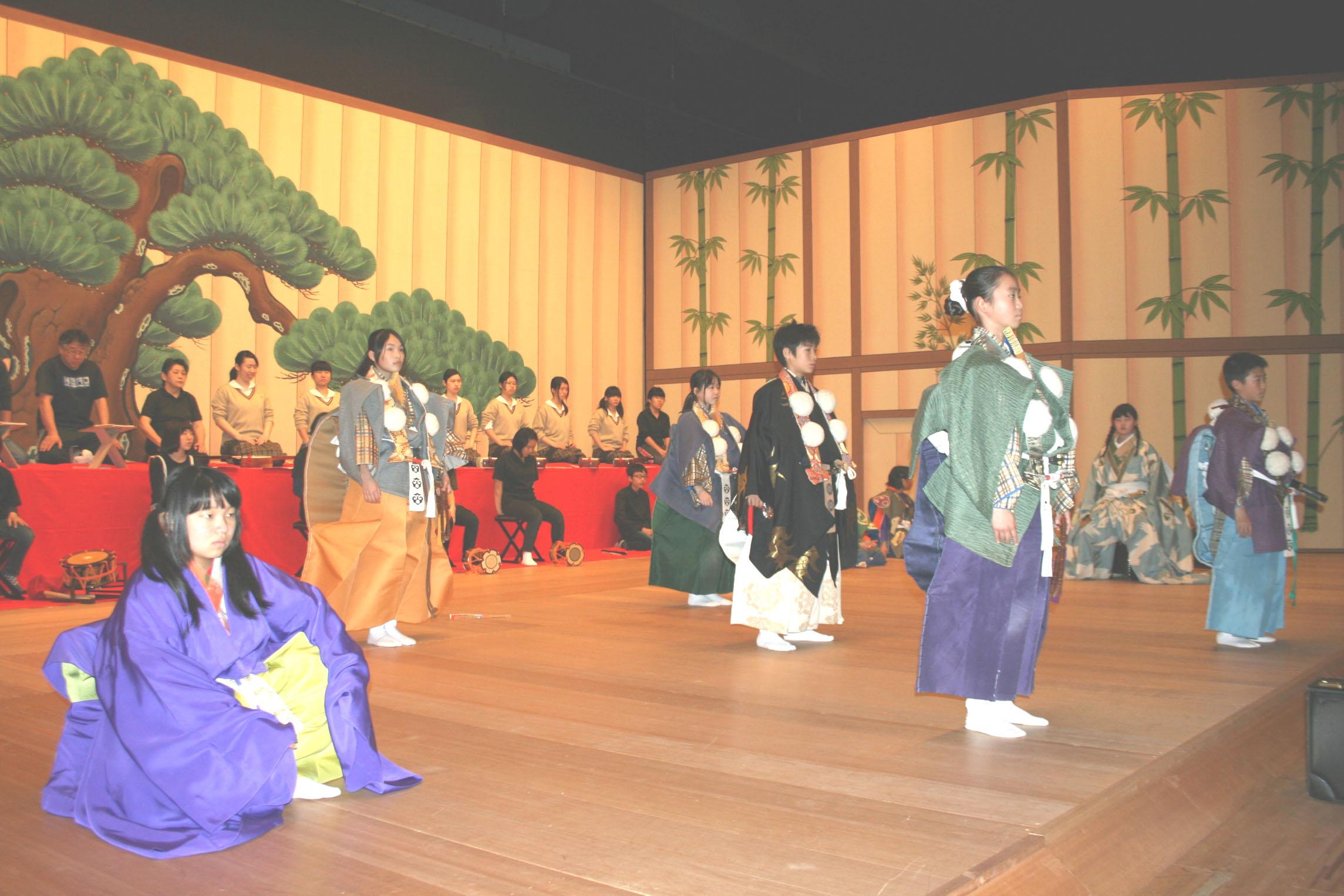 本番さながらに稽古に臨む出演者=小松市の県こまつ芸術劇場うらら