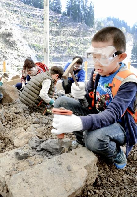 再開した野外恐竜博物館で早速化石の発掘体験を楽しむ子どもら=25日、勝山市北谷町