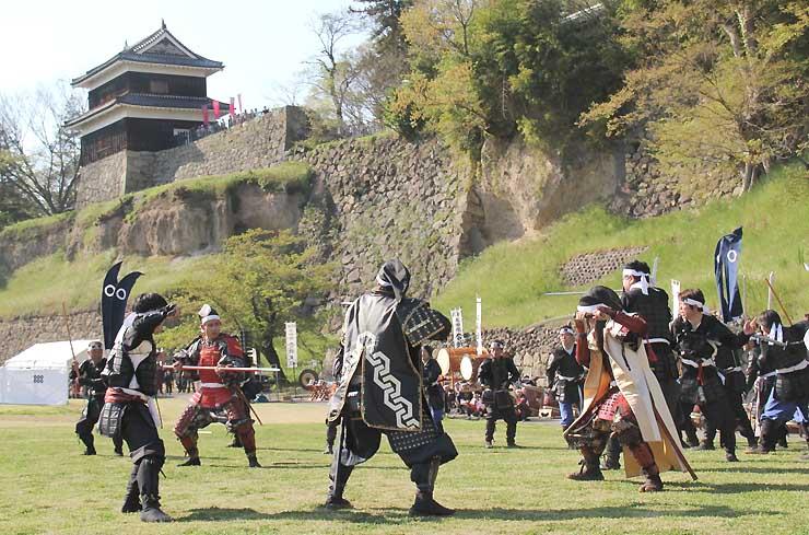 赤い甲冑の真田幸村(左奥)らが出演した「上田真田まつり」の決戦劇