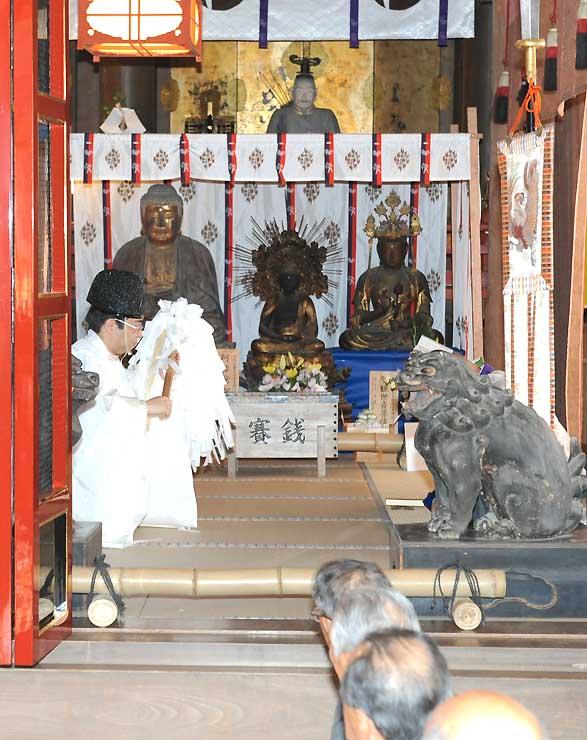 里帰りした仏像(中央奥)を迎えて行われた戸隠神社宝光社の着山式