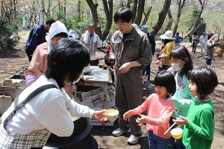 豚汁や綿あめが振る舞われたオープンイベント=26日、妙高市の高床山森林公園