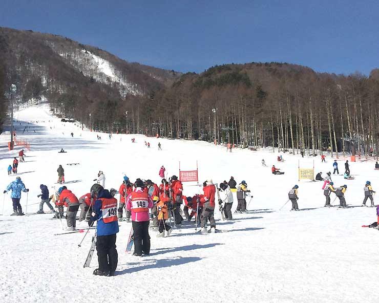 スキー客でにぎわう富士見パノラマリゾート。シーズンを通じて客足は好調だった=2月