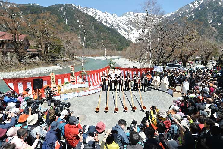 多くの観光客らが集まる中、アルプホルンの演奏で始まった上高地開山祭=27日、松本市安曇