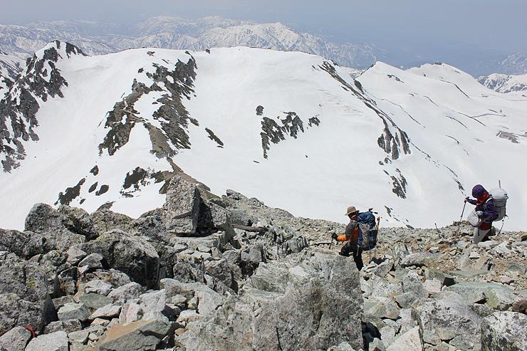 雪解けが進み、岩肌がむき出しになった登山道=立山・雄山