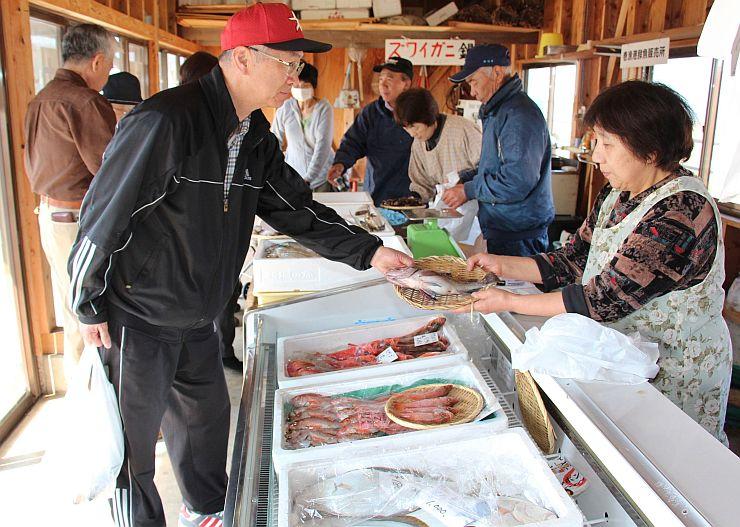 地元で水揚げされた鮮魚が並び、買い物客が訪れた直売所=25日、新潟市西蒲区