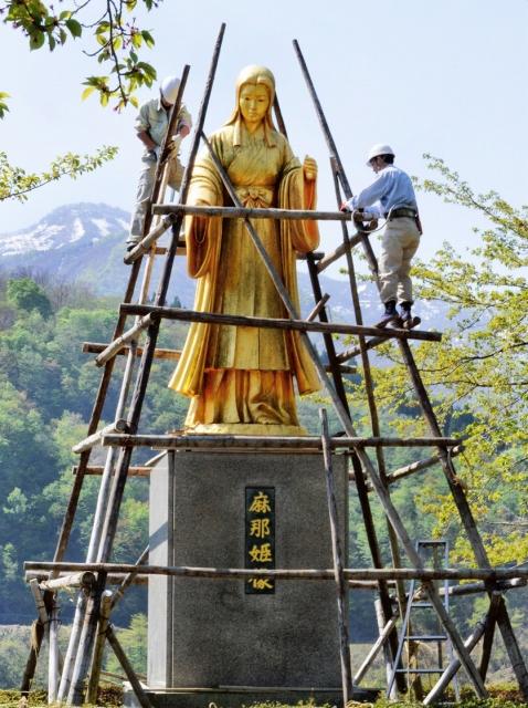 雪囲いが撤去され姿を現した麻那姫像=27日、福井県大野市下若生子
