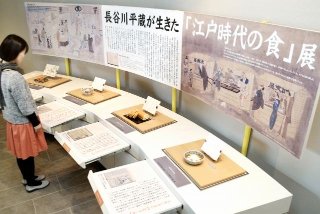 長谷川平蔵が生きた江戸中期の約100点の食品サンプルが並ぶ展示コーナー=28日、小浜市食文化館