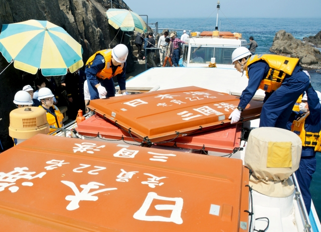 救命浮器の設置状況を点検する署員=28日、坂井市三国町の東尋坊
