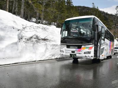 乗鞍岳春山バス、運行開始 6メートルの雪の壁