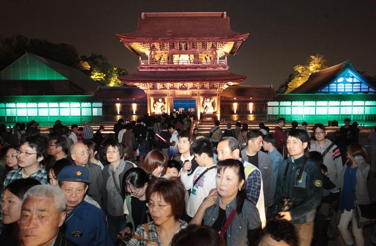大勢の参拝者が訪れる中、きらびやかにライトアップされた山門=高岡市関本町の瑞龍寺