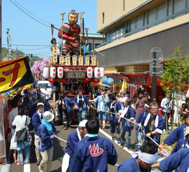 温泉街を練る人形山車「本山」=29日、福井県あわら市温泉4丁目