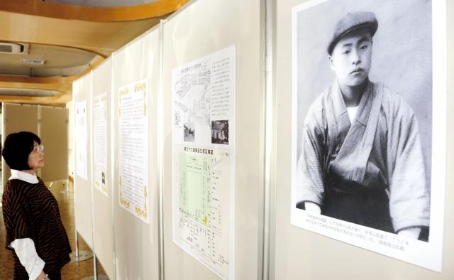 時代ごとの徳蔵の足跡をまとめたパネル展=28日、福井県越前市生涯学習センター